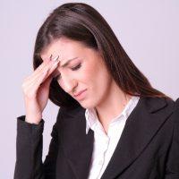 頭を抱え悩む女性