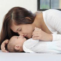 赤ちゃんに寄り添うママ