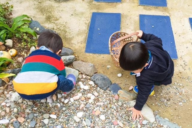 石を拾って遊ぶ子ども