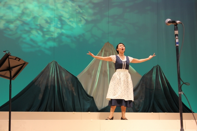 ミュージカルに出演する女優