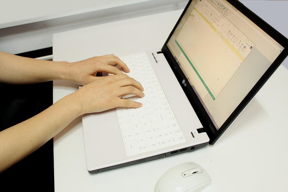 パソコンで作業する