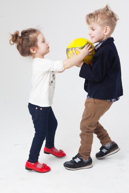 おもちゃの取り合いをする子ども