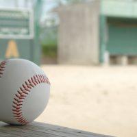 グラウンドの野球ボール