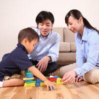 パパママとブロックで遊ぶ男の子