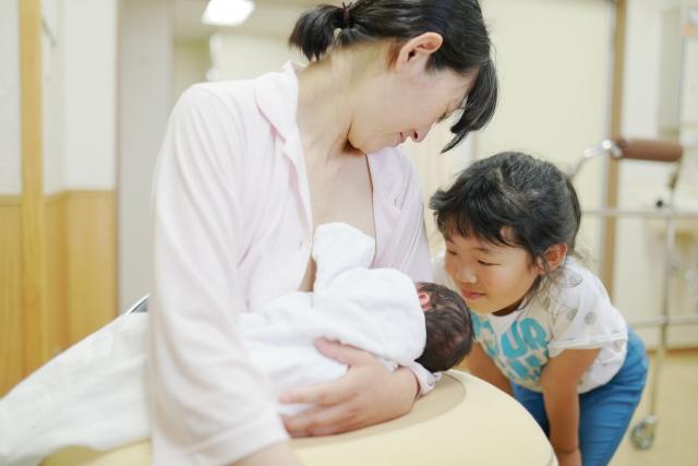 ワンオペ育児で姉妹を見ている母
