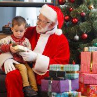 サンタクロースに抱っこされる子ども